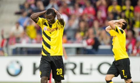 Các cầu thủ Dortmund thất thần sau trận thua