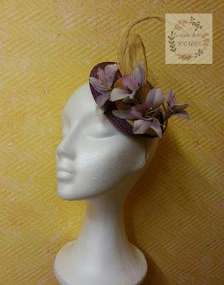 tocado mediano para boda con flores y plumas