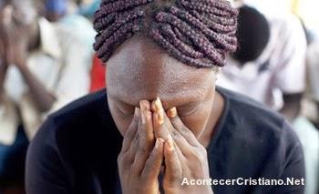 mujer sudanesa orando ante persecución