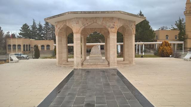 Yunus Emre Anıt Mezarı