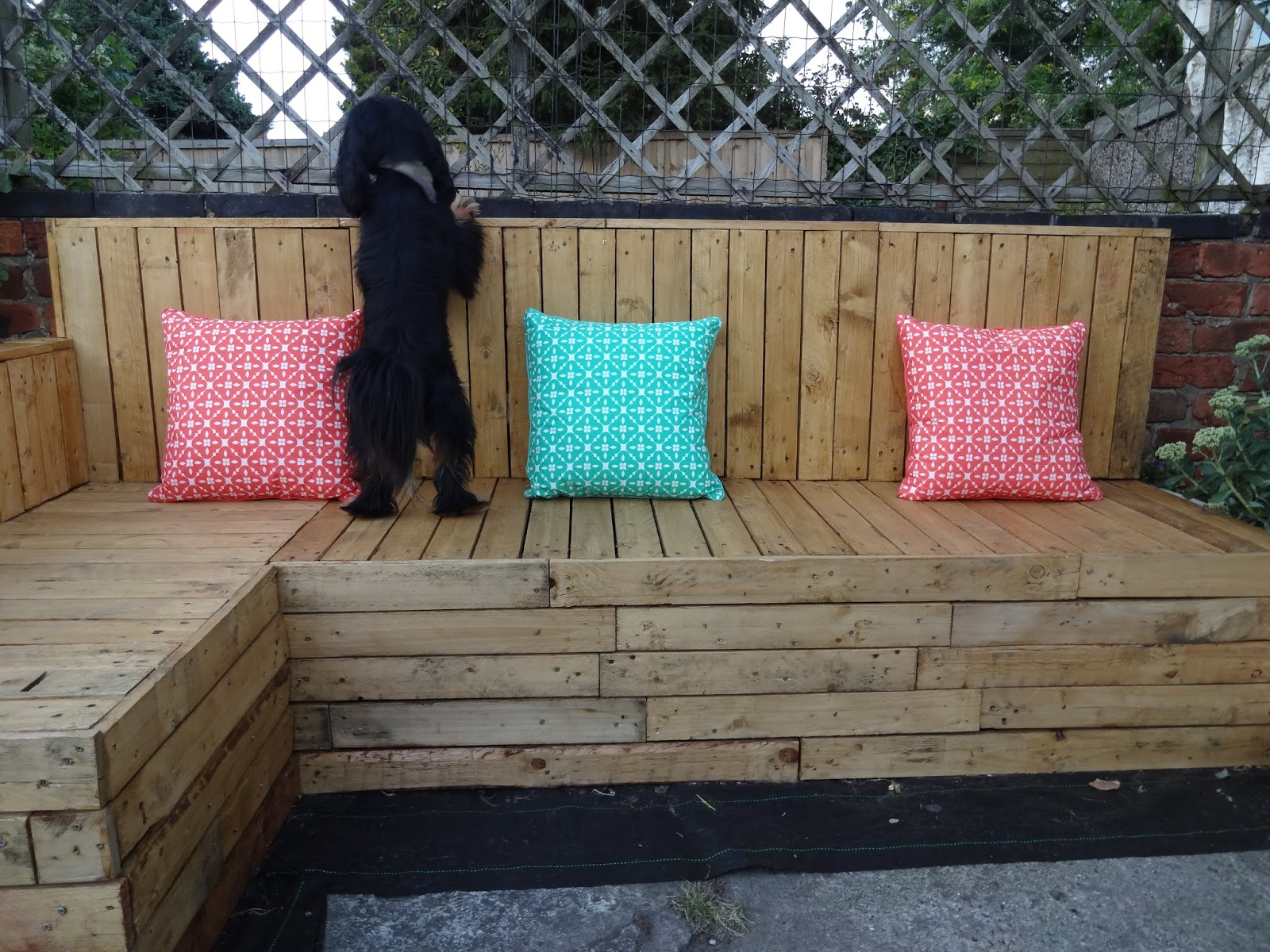 How to Create Pallet Seating in the Garden