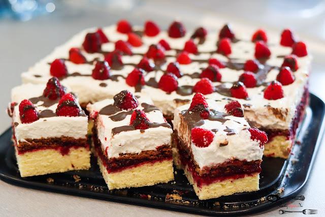 ciasta i desery, ciasto na biszkopcie, ciasto z owocami, ciasto z masą śmietanową, ciasto z kremem i owocami, ciasto z malinami, ciasto z wiśniami, biszkopt z masą owocową i kremem śmietanowym,