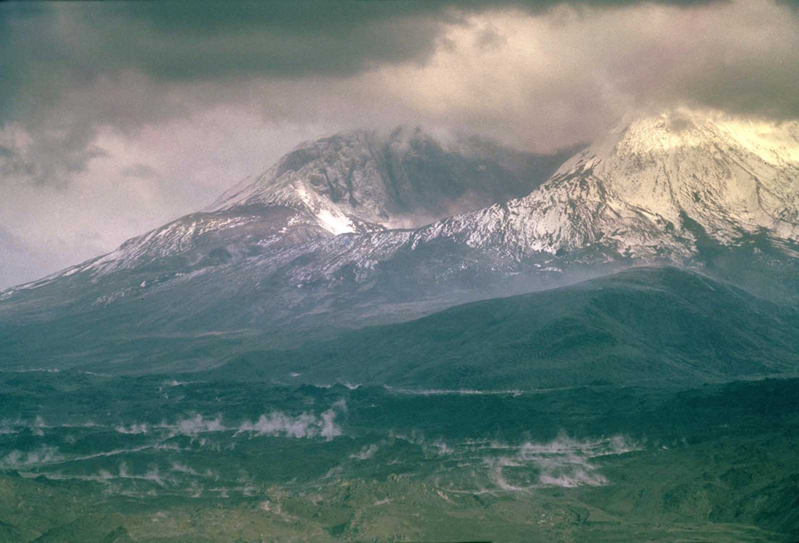 Mount St. Helens, shortly after the eruption pf May 18, 1980.