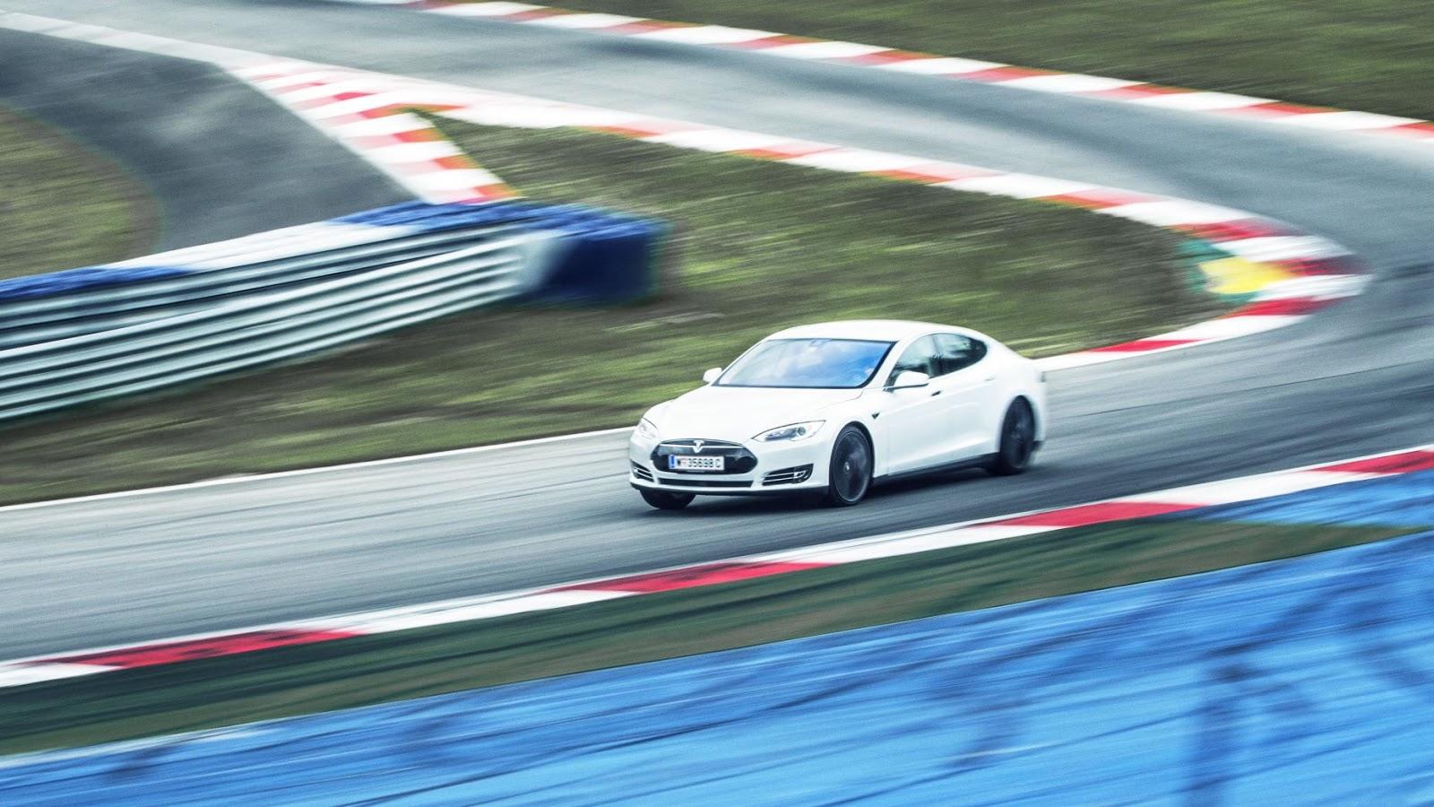 Tesla Model S P90D - tăng tốc từ 0 - 96 km/h trong 2.8secs