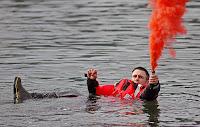 Birinin deniz üzerinde yaktığı kırmızı dumanlı bir işaret fişeği
