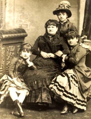 Sesión de foto de Antonia Moreno de Cáceres junto a sus hijas