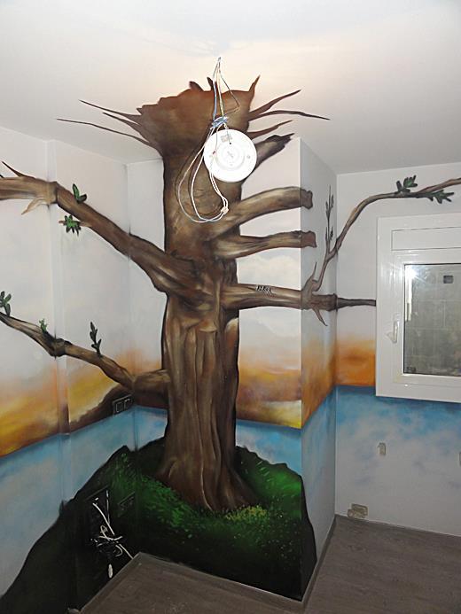 ábol pintado en la pared