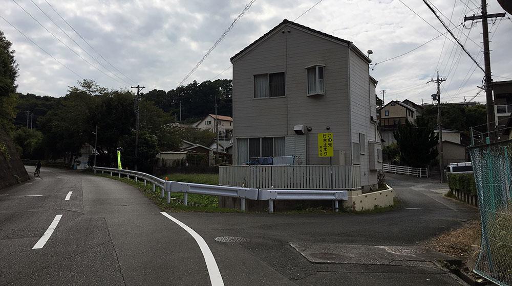 左に続く道が新道の有玉北初生線、右が旧道の有玉台1号線で急峻な坂をなしている(2017年10月9日撮影)
