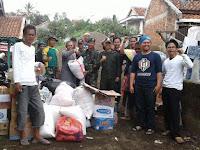 Kostrad Serahkan Bantuan ke Warga Korban Banjir Bandang di Garut