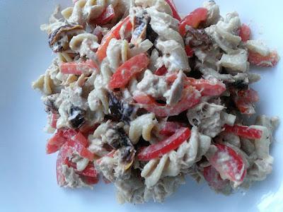 Tuńczyk z makaronem i suszonymi pomidorami