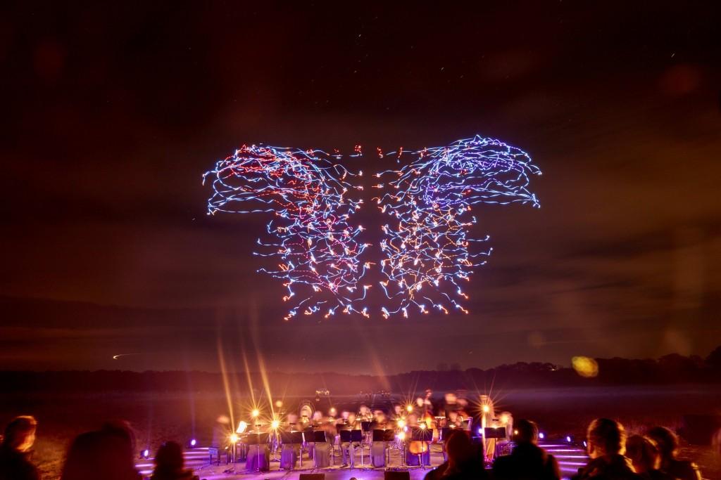 """Indahnya """"Tarian"""" Ratusan Drone di Langit Malam"""