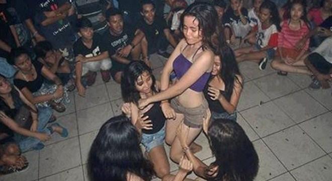 Sangat Memalukan, Ratusan Anak SMP Ini Gelar Striptis