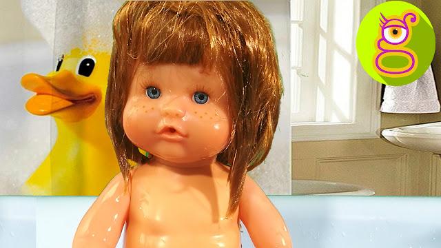 Bañamos con espuma a la bebé Nenuco Pompitas y cambiamos el pañal - Capítulo #11