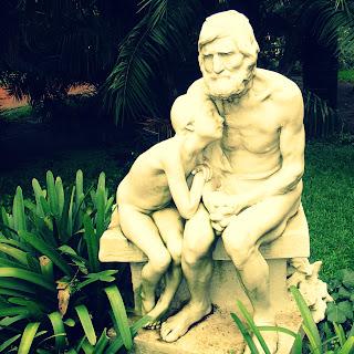 Escultura do Ancião e da Criança no Jardín Botânico Carlos Thais, Buenos Aires