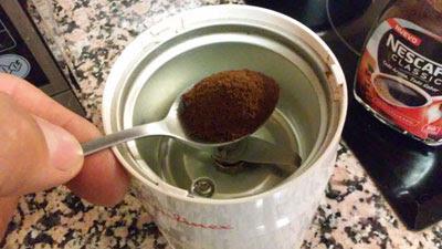 pasar el cafe por el molinillo