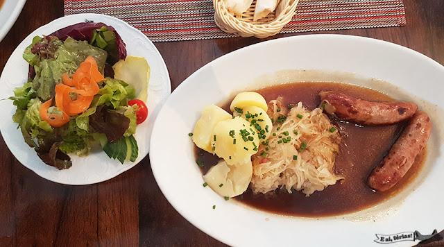 Salsicha e chucrute. Prato típico alemão. Delícia