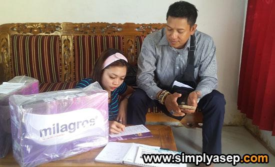 JOIN : Herlando didampingi sang istri  saat  mengisi formulir CRP tanda keikutsertaan dalam member Milagros.  Foto Asep Haryono