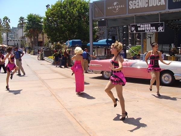 Tanzgruppe in den Universal Studios zu einer Blues Brothers Show