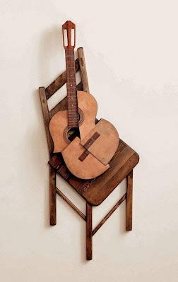 guitarra en silla