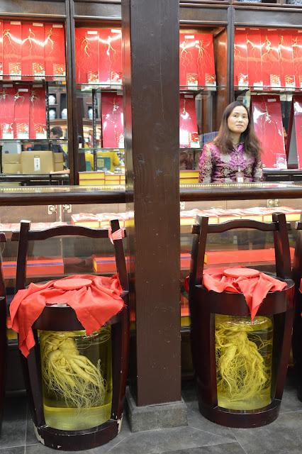 Vendeuse de plantes médicinales à Hangzhou