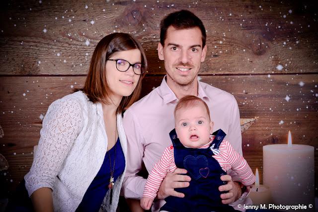 photo famille portrait en studio bébé avec papa et maman