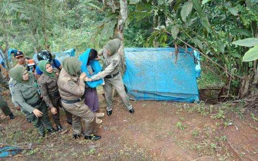 Pasangan kekasih yang terjaring razia saat dibawa personel Satpol PP Kota Padangsidimpuan.