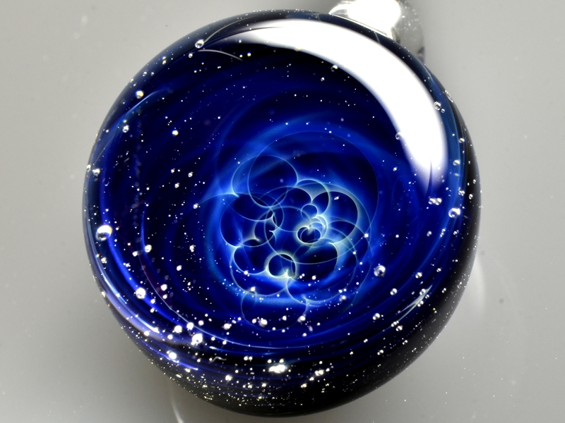 10-Satoshi-Tomizu-とみず-さとし-Galaxies-Sculpted-in-Space-Glass-Globes-www-designstack-co