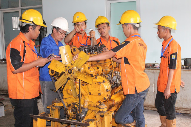 Siswa SMK GKPI 1 saat praktek mesin di Kementerian Pekerjaan Umum dan Perumahan Rakyat (PUPR) di Jakarta