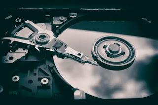 hard disk terbuka menunjukkan pirangannya