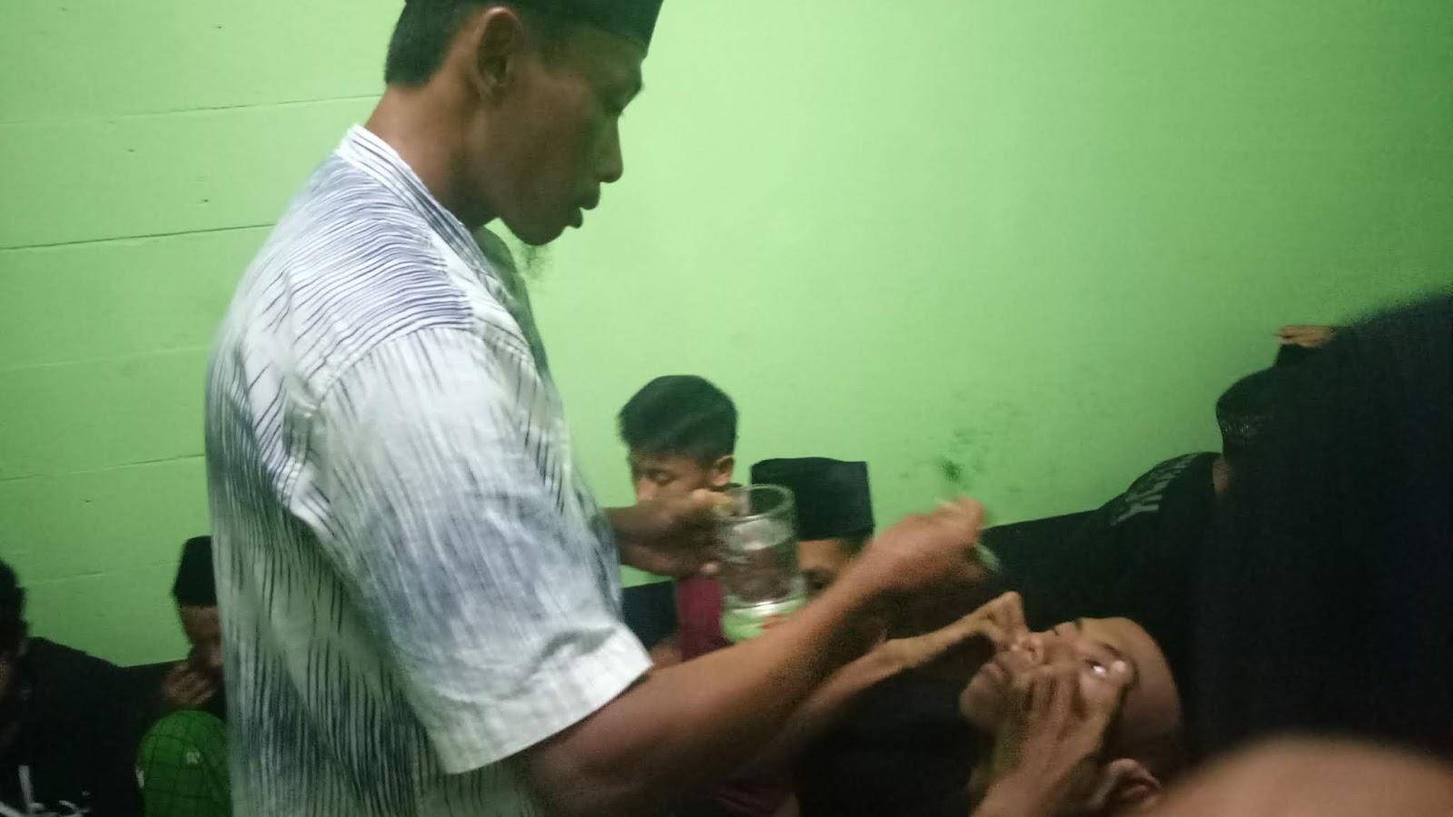 Mau Tau Tradisi Para Calon Jawara Silat, Ini Dia Salahsatunya