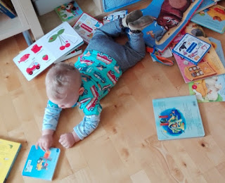 Joris räumt das Bücherregal aus