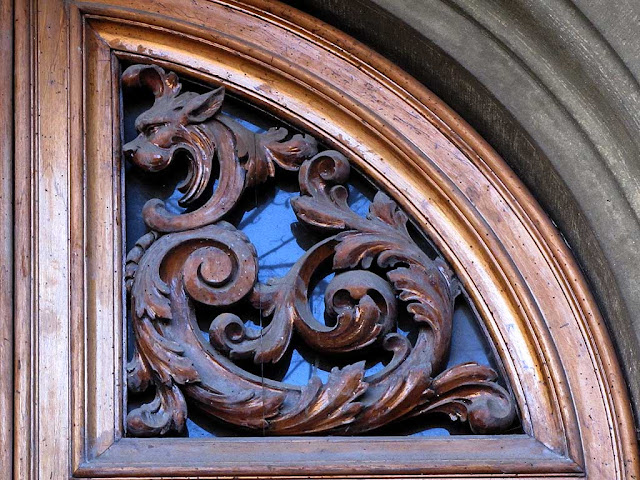 Carved dragon on a front door, via Calzabigi, Livorno