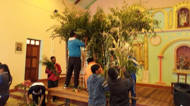 Der Kalvarienberg für Das Kreuz wird in der Kirche hergerichtet