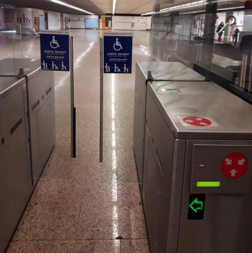 Metrovalencia adapta las máquinas de validación de sus principales estaciones para facilitar el paso de personas que utilizan silla de ruedas