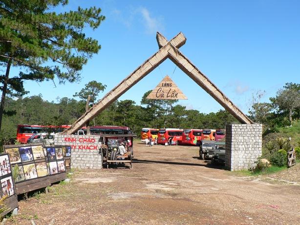 Hình ảnh cổng vào Làng Cù Lần tại Đà Lạt