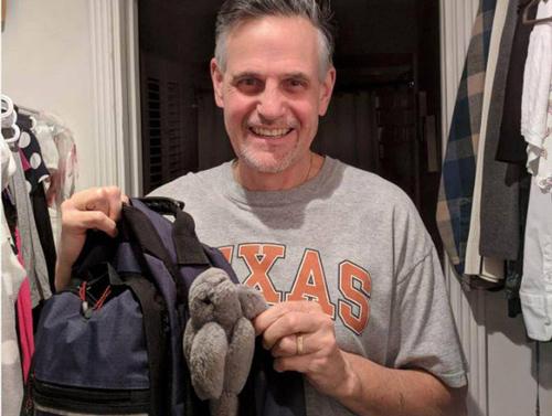 Pat Holmes ông bố Mỹ mang đồ chơi của con đi làm suốt 18 năm
