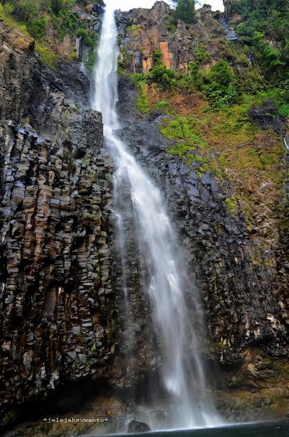 Tebing Batu Air Terjun Takapala berbentuk pilar