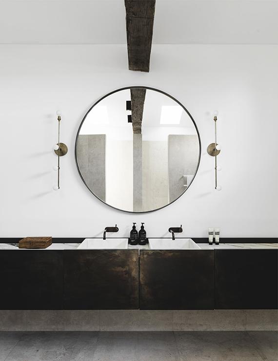 Eclectic Bathroom Design With Round Mirror. Design By Handelsmann U0026 Khaw,  Photo By Felix