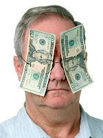 Gözleri parayla kapalı olan ve paradan başka bir şey görmeyen adam