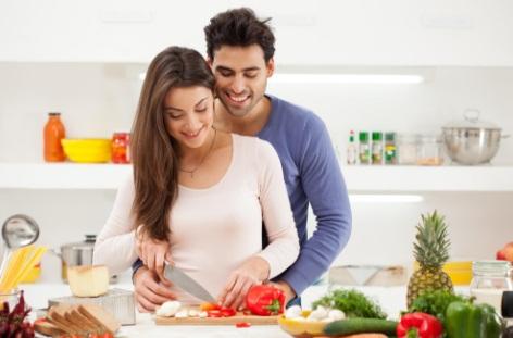 gambar 1 - romantis dengan pasangan saat masak