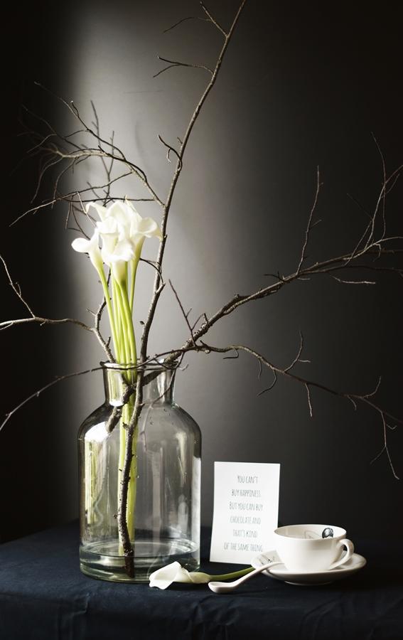 Blog + Fotografie by it's me! - Wohnen - weiße Calla mit Zweigen und eine Porzellantasse