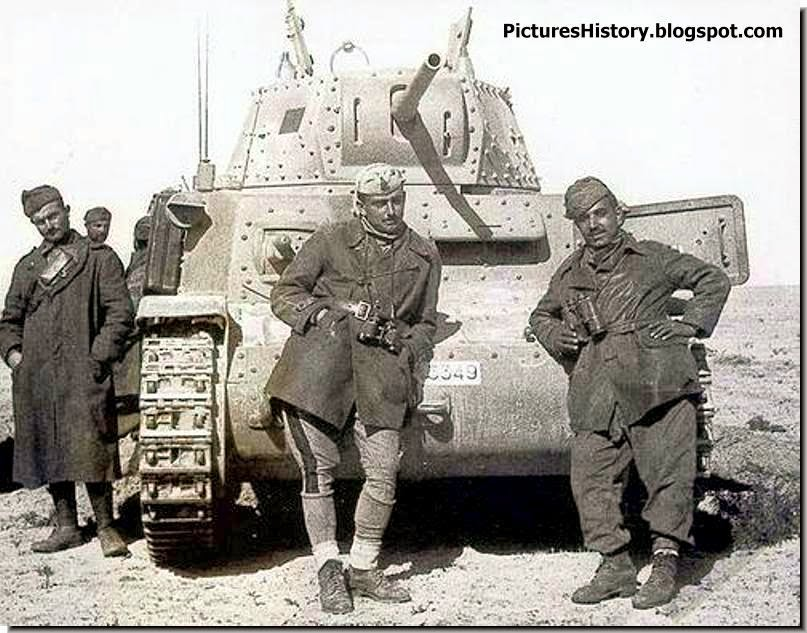 Italian soldiers tank north africa ww2