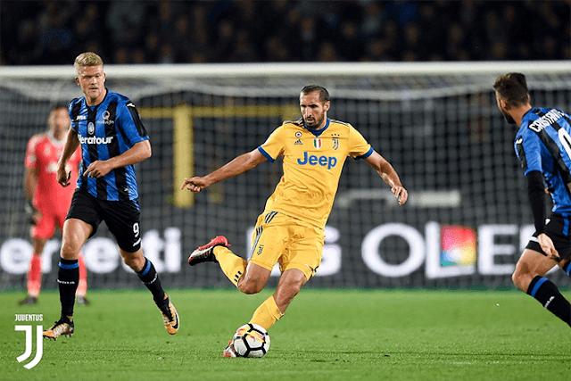 Giorgio Chiellini berhadapan dengan pemain Atalanta