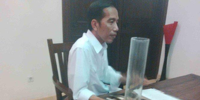HTI: Jokowi Masih Bisa Nge-Vlog dan Selfie, Apanya yang Genting?