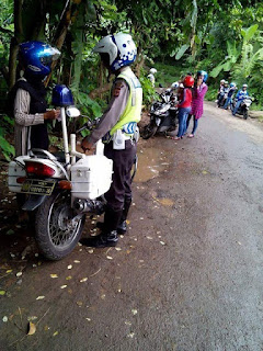 http://dayahguci.blogspot.com/2016/02/inilah-polisi-yang-doyan-uang-receh.html