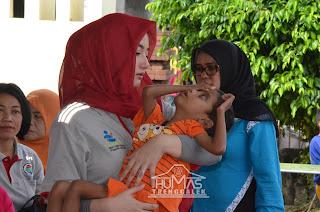Tunjukkan Empati, Novita Hardini Gendong Anak Berkebutuhan Khusus