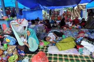 Mengantisipasi melonjaknya jumlah pengungsi puluhan tenda darurat didirikan secara swadaya oleh masyarakat