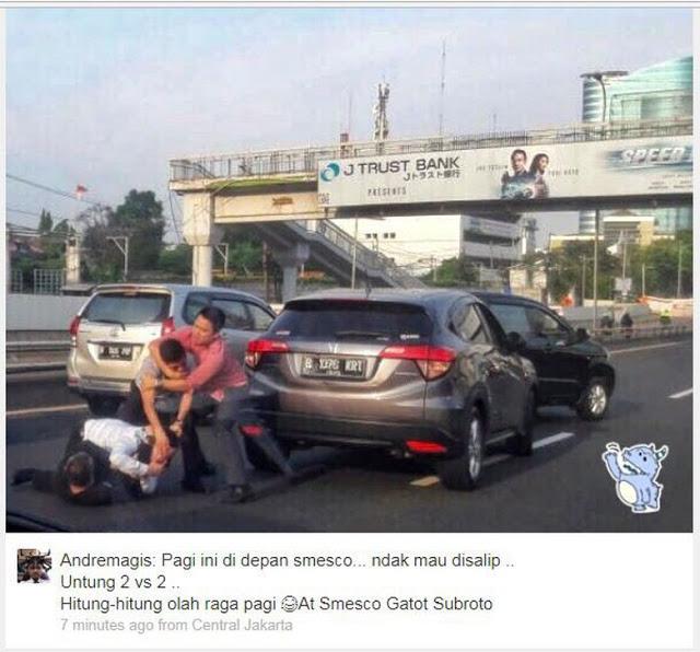 Tak Terima Disalip, Pengendara Adu Jotos di Tol Dalam Kota Jakarta