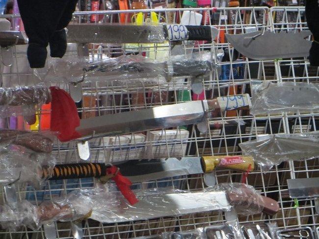 Мечи и холодное оружие на вечернем рынке Самуи