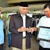 ASN Yang Mengabdi, Effendi Terima Penghargaan Dari Wako Padang